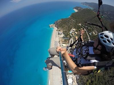 Росица Тропчева лети с безмоторен парапланер над плаж на остров Лефкада. СНИМКА: Личен архив