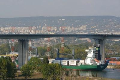 В момента под Аспаруховия мост могат да минават само кораби с до 30-35 хиляди тона товар, след удълбочаването ще имат достъп и съдове с 60-70 хиляди тона.
