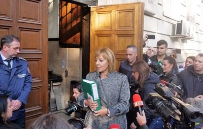 Мая Манолова влиза с  екипа си в Централната избирателна комисия.  СНИМКА: ЙОРДАН СИМЕОНОВ