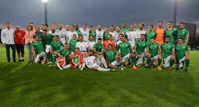 Двата отбора позират в пълния си състав след края на зрелищния мач.