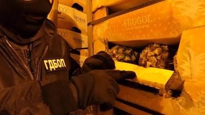 Кокаинът е бил импрегниран в кашони с ананаси СНИМКА: МВР