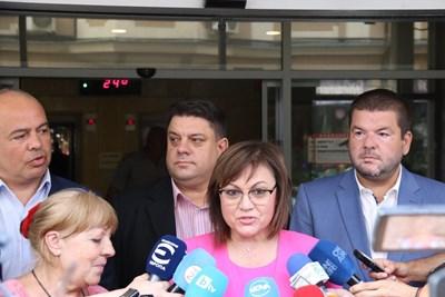 Соцлидерката Корнелия Нинова и част от ръководството на партията застанаха пред медиите, за да обявят, че все още нямат окончателно решение и преговорите с ИТН за подкрепа на кабинета ще продължат.  СНИМКА: БСП