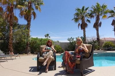 Кристина Димитрова и Кичка позират пред басейна в дома на Бодурова в Лас Вегас.