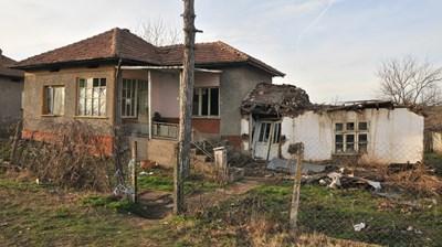 Вчера сутринта близки на 67–годишната Айшегюл Салиева подават сигнал в полицейският участък, че нещо се е случило в дома им. Снимки Авторката