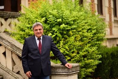 """Венцислав Венков е кандидат за кмет на община Шумен, безпартиен, издигнат и подкрепен от БСП. Бил е дълги години журналист в """"24 часа"""", областен управител, последните години е изпълнителен директор на Българско-турската търговска камара. Семеен, с две деца."""