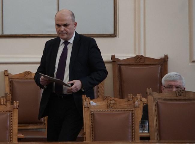 Бившият социален министър Бисер Петков и подчинените му в продължение на повече от месец не отговориха на въпросите на