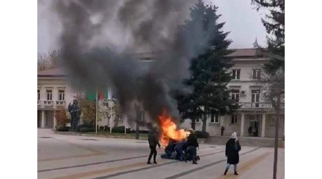 """Разгневен, че """"паяк"""" вдигнал колата му, врачанин я запалил пред общината (Видео)"""