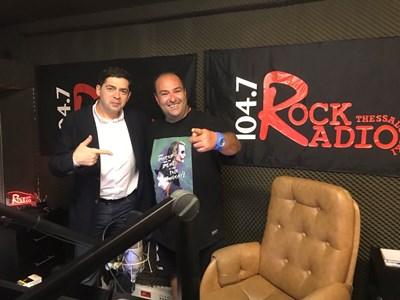 Д-р Врабевски и популярният радиоводещ водещ Сотирис Вакарос в студиото на най-авторитетното рок радио в Солун