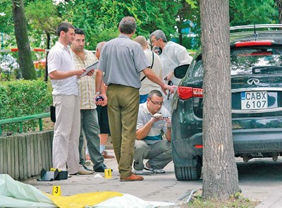 Полицаи търсят следи от убийците около джипа на Рачев.  Зад автомобила  е намерено откъснатото парче плат с ДНК на Филев.
