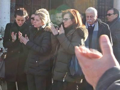 Сбогуване с Иван Ласкин - до съпругата му Александра (в средата) е Даниела - жената на най-добрия му приятел Чочо Попйорданов, който си отиде преди 6 г. СНИМКА: Николай Литов, Пиер Петров