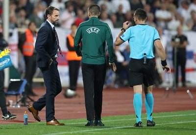 Бебек (вдясно) казал на Саутгейт, че няма достатъчно основание за спиране на мача. Снимка РОЙТЕРС