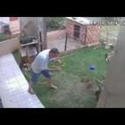 Мъж опитва да запали мравуняк в двора си