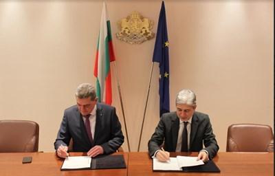 Министър Нено Димов и комисар Николай Николов подписаха договор днес за защита на населението от бедствия. Снимка: МОСВ