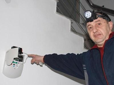В края на март в Хасково започна монтаж на водомери с електронен чип за дистанционно отчитане. СНИМКА: БТА