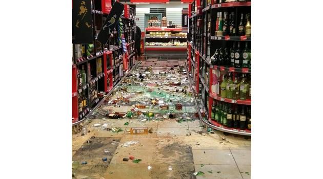 Пиян вилня в супермаркет, бута десетки бутилки