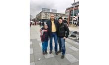 Президентът по пуловер в Бургас, Деси Радева го снима с почитателки (Обновена, снимки)