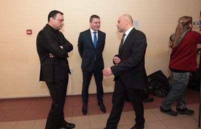 Ивайло Московски, Владислав Горанов и Томислав Дончев чакат реда си за разпит в спецсъда. СНИМКА: Пиeр Пeтров