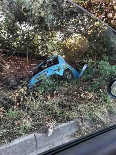 Тази кола е намерена в храсти извън пътя.