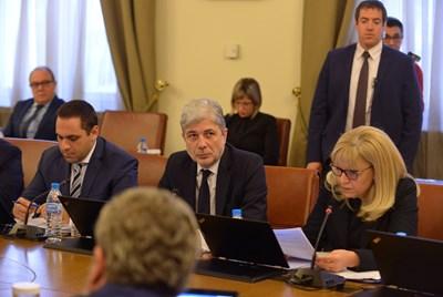 Министрите на икономиката - Емил Караниколов, на екологията - Нено Димов, и на регионалното развитие - Петя Аврамова, дадоха информация за водната криза. СНИМКА: Йордан Симeонов