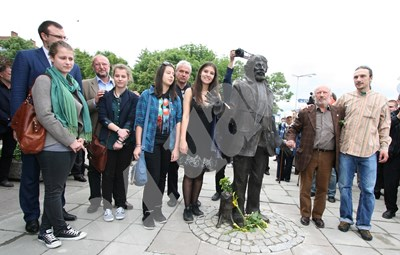 Георги Чапкънов със сина си Константин на откриването на статуята на Радой Ралин през 2012 г.  СНИМКА: 24 часа