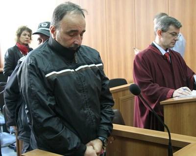 Полицаят Стоян Павлов слуша определението на съда. Снимка: Евгени Цветков