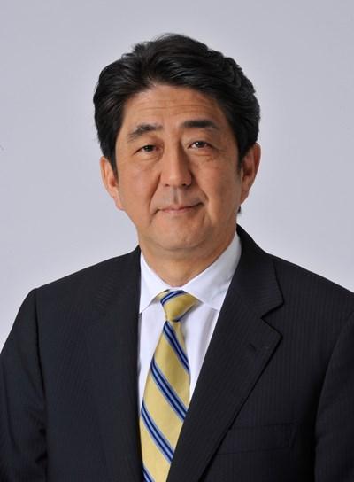 Японският министър-председател е роден на 21 септември 1954 г. През 2006 г. на 52-годишна възраст той става най-младият следвоенен премиер на Япония. В момента той заема този пост за трети път.
