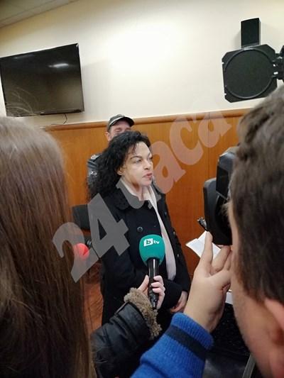 Евгения Банева говори пред репортери в спецсъда. Снимки: Стоян Нешев СНИМКА: 24 часа
