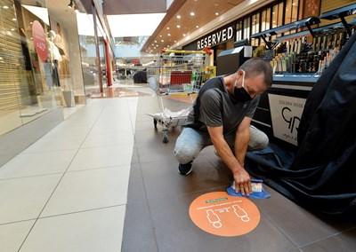 Моловете се подготвят за отваряне в понеделник след над 2 месеца пауза, през която работеха само аптеките, супермаркетите и офисите на мобилните оператори в тях.  СНИМКА: ЙОРДАН СИМЕОНОВ