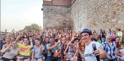 Актьорът се снима с тълпата от почитатели, дошли да гледат неговото стендъп комедийно шоу.