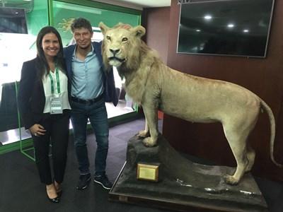 """Балъков и дама от """"Спортинг"""" се снимат в клубния музей с лъва символ на отбора."""