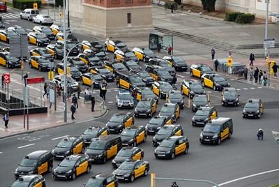 """След иск на Асоциацията на професионалните таксиметрови шофьори в Барселона Съдът на ЕС се произнесе, че услуги като """"Юбер"""" трябва да подлежат на регулации."""