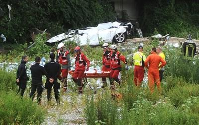 Спасители изнасят тяло на загинал. СНИМКА: РОЙТЕРС