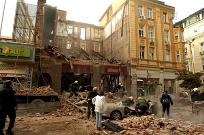 Пожарникари разчистват руините, под които са Деница и Петрина. СНИМКА: Пиер Петров