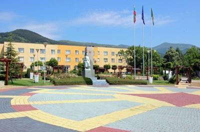 Централният площад в Челопеч е изцяло ремонтиран и са направени алеи и беседки за отдих. СНИМКА: Румяна Тонeва