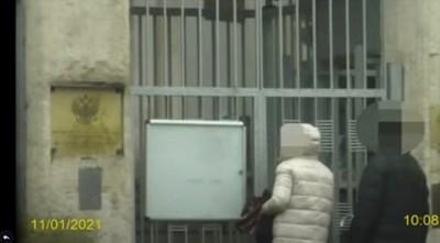 Съпругата на резидента влиза в руското посолство.