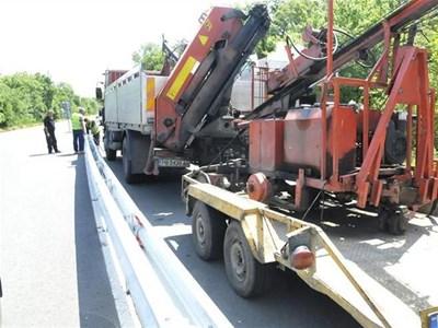 Работници монтираха през юни разделителна мантинела в участък на пътя Бургас-Созопол. СНИМКА: БУЛФОТО