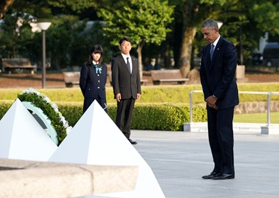 Барак Обама се покланя на мемориала в Хирошима, където положи венец. СНИМКА: РОЙТЕРС