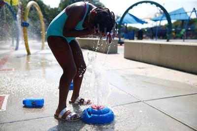 Дете опитва да се разхлади в парк във Вашингтон СНИМКА: Ройтерс