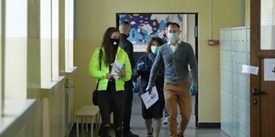Носенето на маски в училищните коридори вероятно ще бъде разписано в протоколите. СНИМКА: Николай Литов