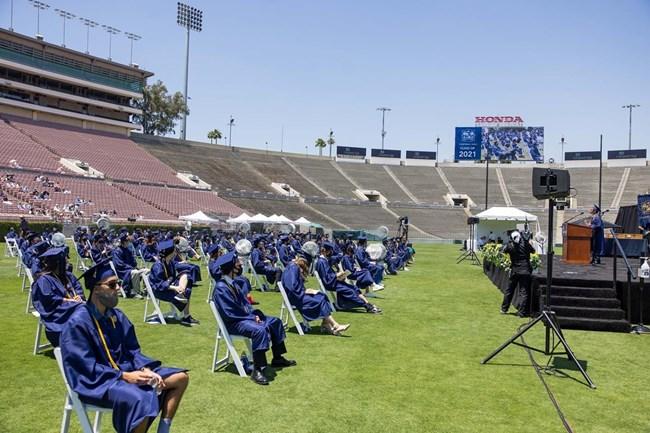 Тържествената церемония е на стадион