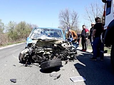 Трима души загинаха , след като шофьорът на този автомобил, смачкан до неузнаваемост, предприе рисково изпреварване и се заби челно в друга кола през април край Вършец. СНИМКА: ВАЛЕРИ ВЕДОВ