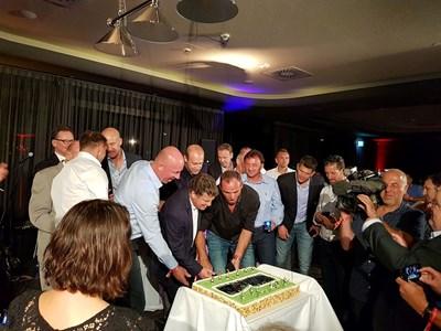Мариан Христов е над треньора легенда Ото Рехагел при разрязването на тортата на купона за годишнината.