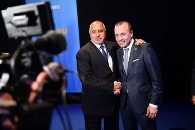 Манфред Вебер, който има огромни шансове да наследи Жан-Клод Юнкер начело на Европейската комисия, с българския премиер Бойко Борисов на конгреса на Европейската народна партия (ЕНП) в Хелзинки