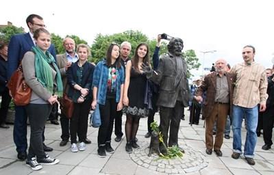 Георги Чапкънов е застанал до малкия си син Константин (с дългата коса) по време на откриването на паметника на Радой Ралин.