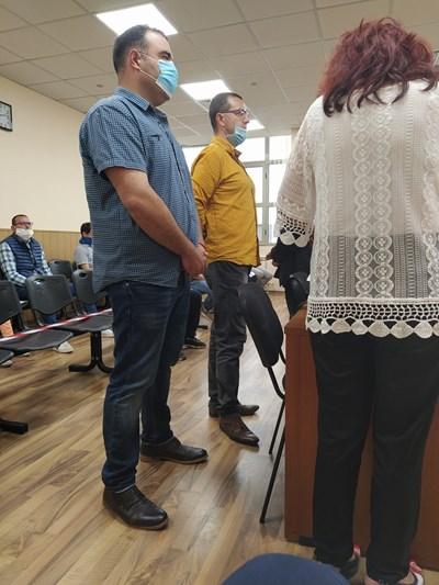 Инспекторите Светослав Несторов (вляво) и Георги Милчев днес бяха осъдени за взимане на подкуп.
