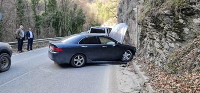 Колата на свещеника се заби в скалите, кметът на Пловдив Здравко Димитров и шефът на полицията Йордан Рогачев му оказаха първа помощ.