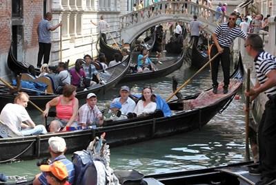 Гондолиерите във Венеция едва смогват да прекарват туристите през каналите. СНИМКА: РОЙТЕРС