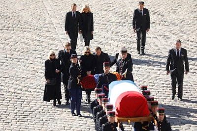 Ковчегът, покрит с френското знаме, беше внесен в двора от войници под звуците на традиционна арменска песен Снимки: Ройтерс