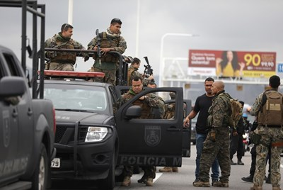 Полицаи стоят на моста, където се разигра драмата със заложниците. СНИМКА: РОЙТЕРС