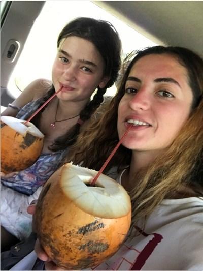 В страната расте специален вид кокосов орех, нарича се кралски. Местните казват, че е толкова полезен и за децата, и за възрастните - с един на ден здравето на човек укрепва. Айла Давчева (вляво) също не пропуска да се освежи с кокосов орех, докато пътува в Шри Ланка.